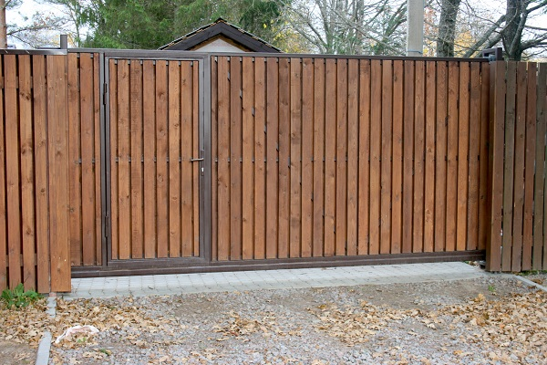 Откатные деревянные ворота с калиткой для дачи