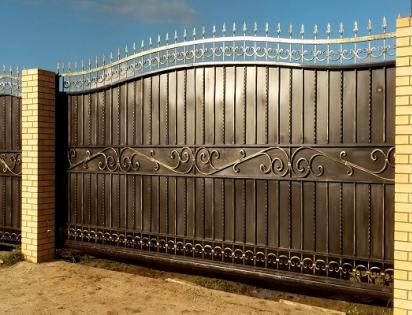 Ворота из профнастила с ковкой откатные